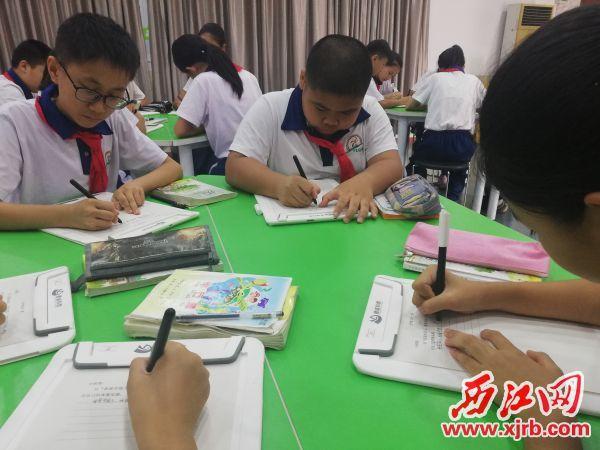 """百花園小學學生用""""筆""""在交互板上書寫。 受訪單位供圖"""