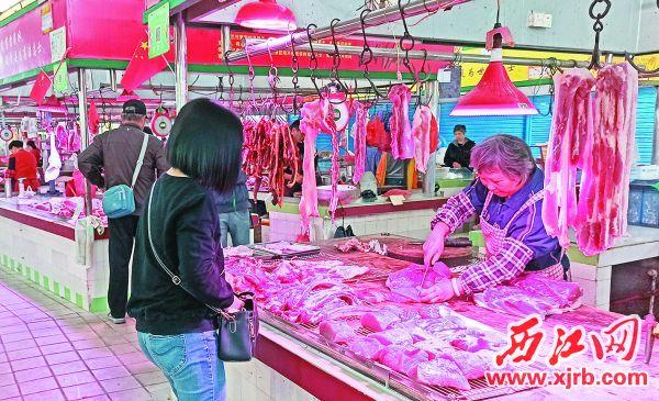 市民在購買豬肉。 西江日報記者 吳威豪 攝