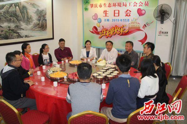 市生态环境局工会为11月份过生日的干部职工们举办了集体生日会。 记者 岑永龙 摄