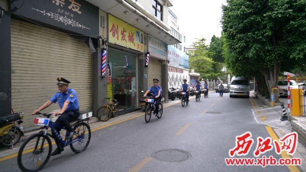 """市城管局采用""""单车+网格+网络""""方式,巡查街头巷尾情况。  西江日报通讯员 梁子伟 摄"""