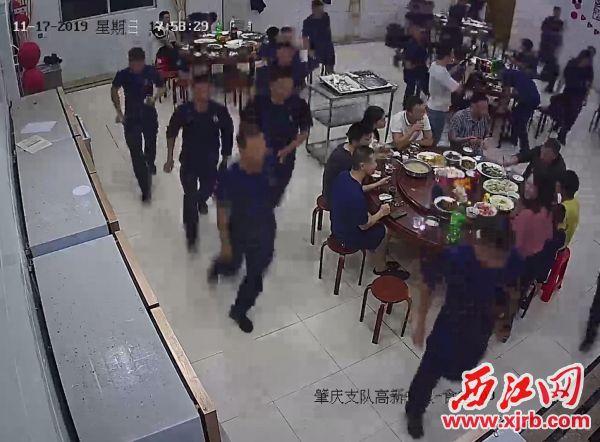 警鈴響起,消防員紛紛出動。 西江日報通訊員 供圖