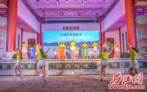 我市在群众性精神文明创建活动中用歌舞的形式向市民普及垃圾分类知识。 西江日报记者 曹笑 摄