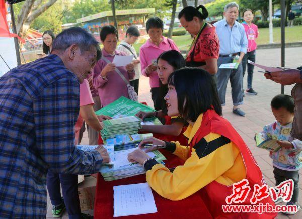 志愿者向市民介绍垃圾分类相关知识。 西江日报记者 曹笑 摄