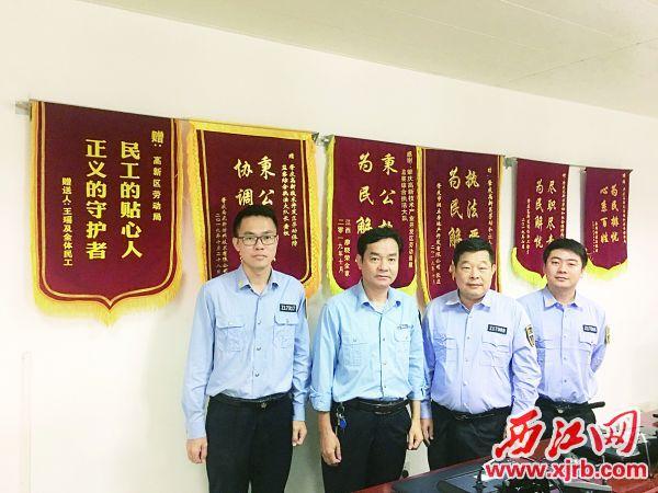 鲜红的锦旗映照出监察队员执法为民的初心。 西江日报记者 赖小琴 摄