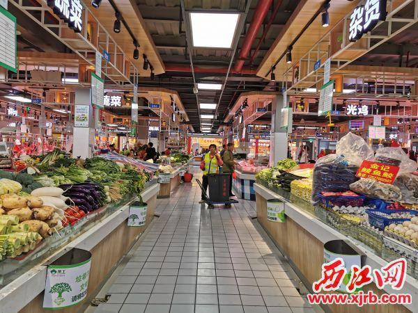 """南岸中心市场设置了""""悬挂式""""垃圾桶。 西江日报记者 杨丽娟 摄"""