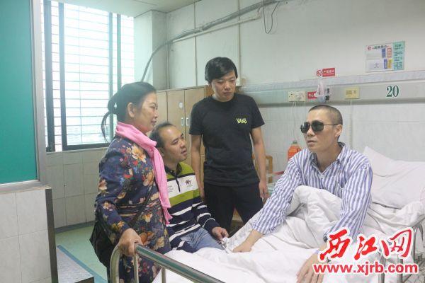 连日来,不断有热心人士前来医院探望吴永辉。 西江日报记者 严炯明 摄
