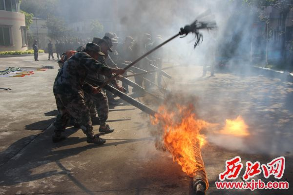 封开民兵扑火训练。 通讯员 黄国权 摄