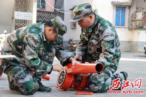 广宁民兵学习安 装灭火器具。 通讯员 李海霞 摄