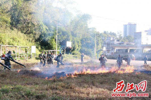 广宁民兵模拟灭 火训练。 通讯员 李海霞 摄