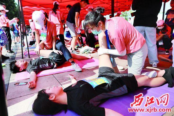 志愿者为选手赛后放松。 西江日报记者 刘春林 摄