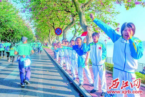 市民为选手加油鼓劲。 西江日报记者 曹笑 摄