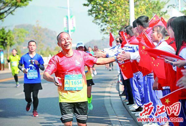 啦啦队志愿者为选手加油鼓劲。 西江日报记者 刘春林 摄