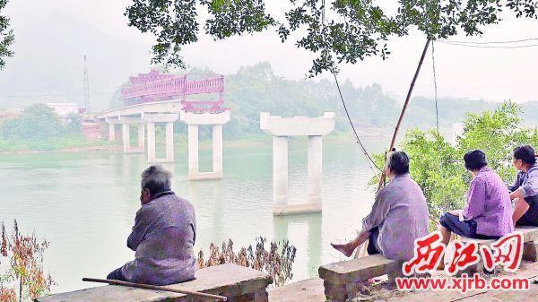 在建的大桥承载着村子的发展希望。 西江日报记者 吴威豪 摄