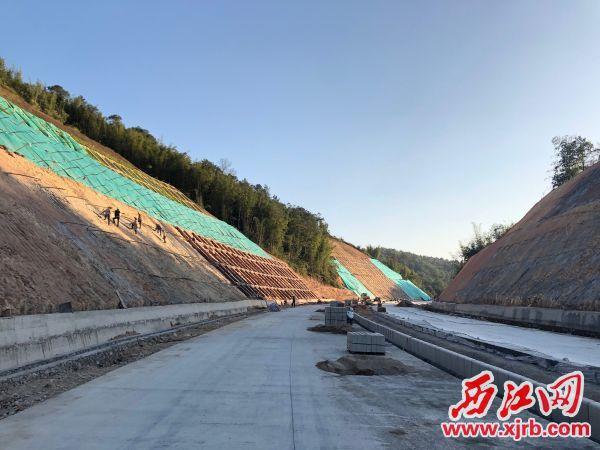 东环路(黄盆至里仁段)项目主干道路基建设大致完成。 西江日报记者 张苑卉 摄