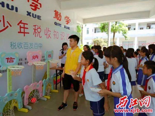 学生在游园活动中学习税收知识。 受访单位供图
