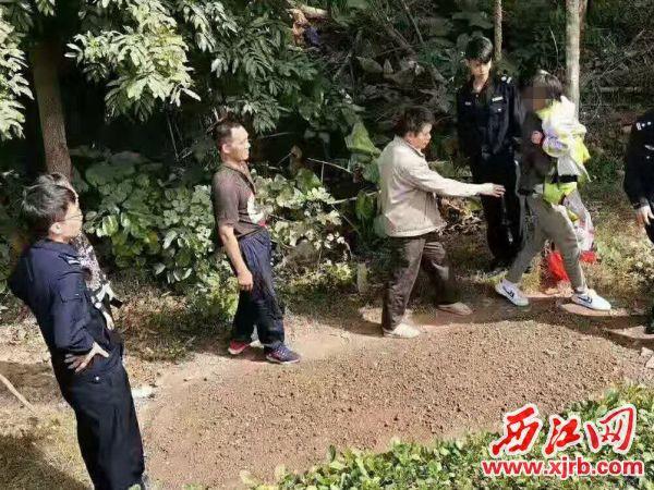搜救人员在树林找到了小女孩。 西江日报通讯员 供图