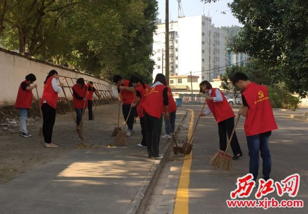 志愿者在社区搞清洁。 西江日报通讯员 供图