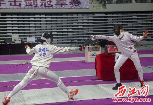 选手们在重剑决赛中。 西江日报记者 曹笑 摄
