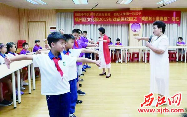 黎凤珍(右)在教学生粤曲舞台动作。 受访者供图