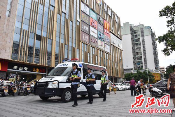 派出所民警在商业广场巡逻。 受访单位 供图
