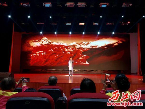 展演现场,演员表演平喉独唱《铁军浩气》。 西江日报记者 伍欣琦 摄