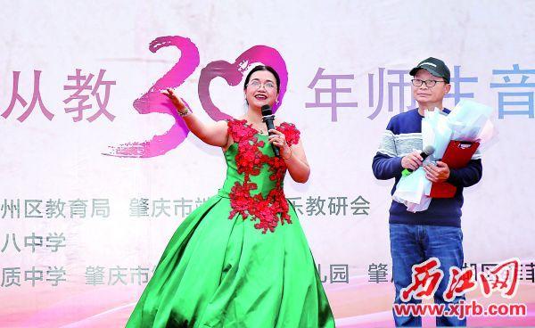 郭藝燕演唱《長大后我就成了你》,深情演繹教育事業的傳承。 西江日報記者 梁小明 攝
