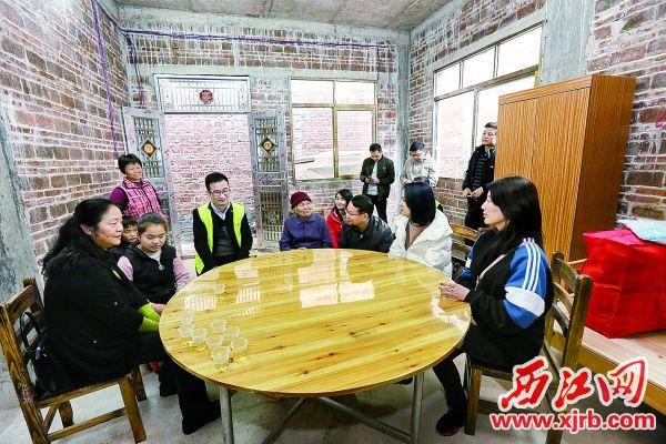愛心企業為貧困戶送上家具電器和家居用品等。 西江日報記者 梁小明 攝