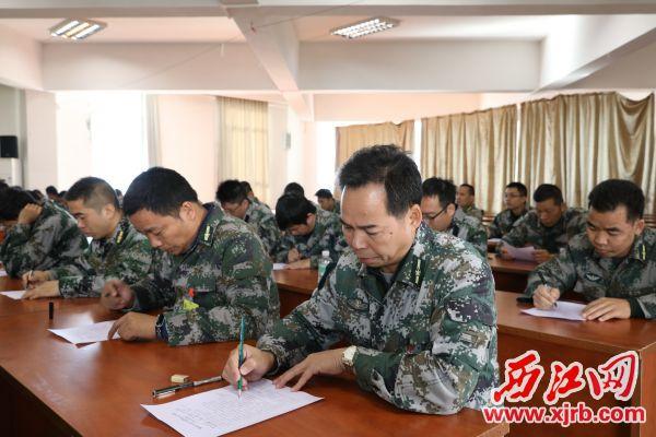 专武干部认真听课做笔记。 通讯员 汤树泽 摄