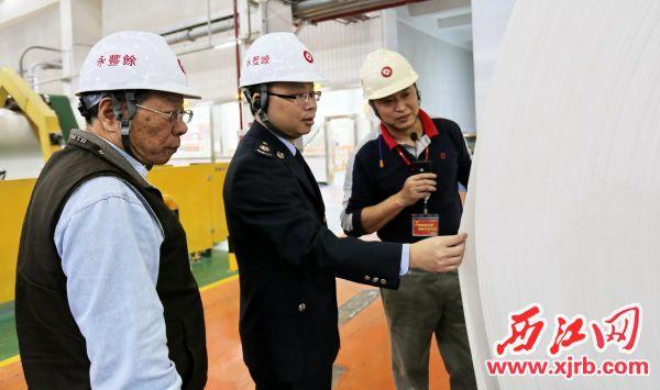 广宁县税务局工作人员在企业大走访活动中与纳税人交流。 西江日报通讯员 杨建东 摄