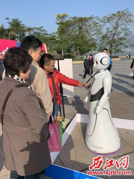 市民体验机器人。