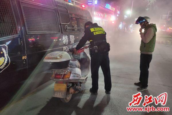 民警扑灭起火的摩托车。 西江日报通讯员 供图