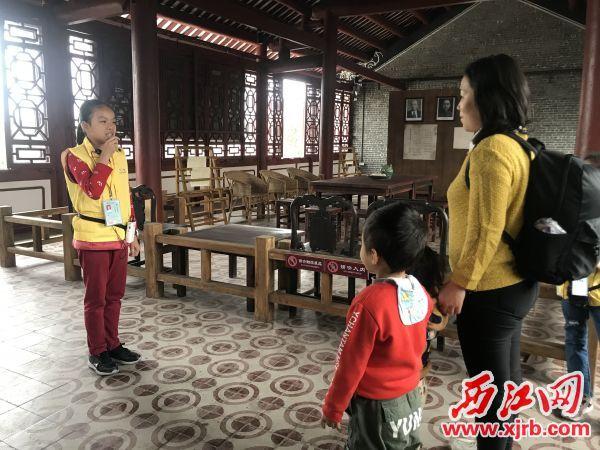 小讲解员正在为游客讲解。西江日报记者 夏紫怡 摄