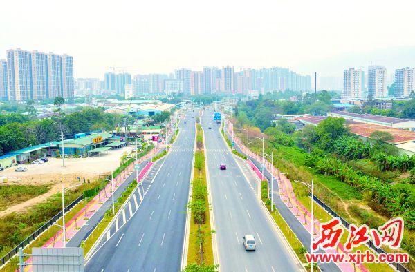 ▲蓝塘南路是肇庆城东新区最主要的城市主干道之一, 被列入了2018年市的重点项目及惠民实事工程。经过市代建 局攻坚克难,加班加点抓紧施工,蓝塘南路在2018年10月22 日提前实现全面通车。 西江日报记者 曹笑 摄