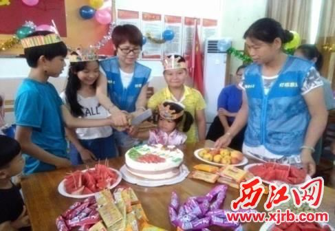 志愿者为留守儿童举办生日会。 受访单位供图