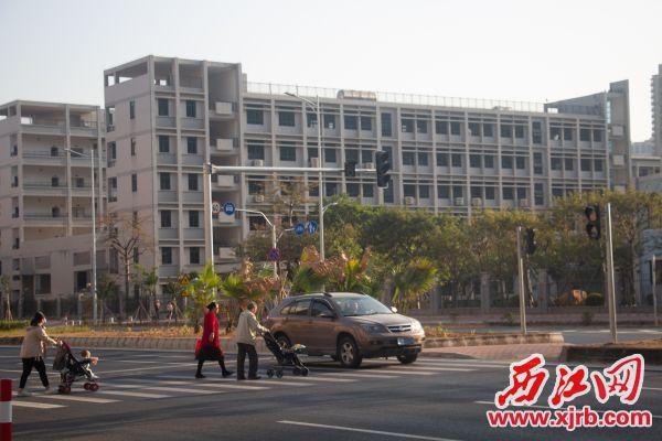 缺少红绿灯,行人过马路险象环生。西江日报记者 严炯明 摄