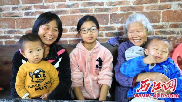 困难户邓路群一家人终于过上了好日子。 西江日报记者 杨丽娟 摄