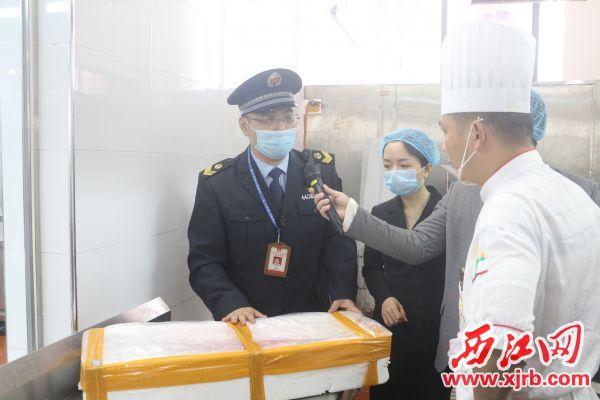 市场监管执法人员在酒店了解食品来源。 西江日报记者 严炯明 摄