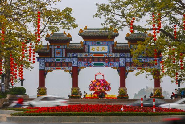 牌坊广场花团锦簇灯笼高挂。