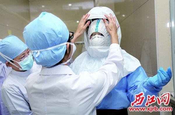 醫護人員穿上防護服準備進入病房。 西江日報記者 梁小明 攝