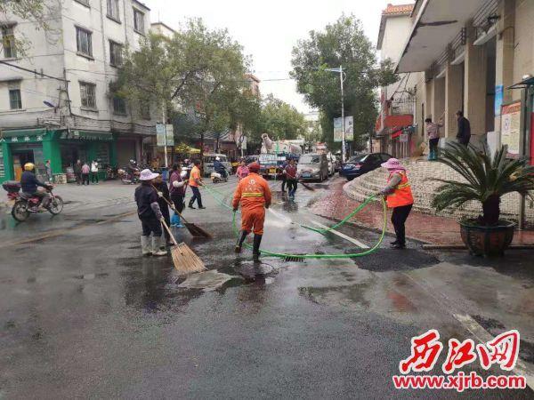 工作人員對社區街道進行清潔消毒。四會宣傳部供圖