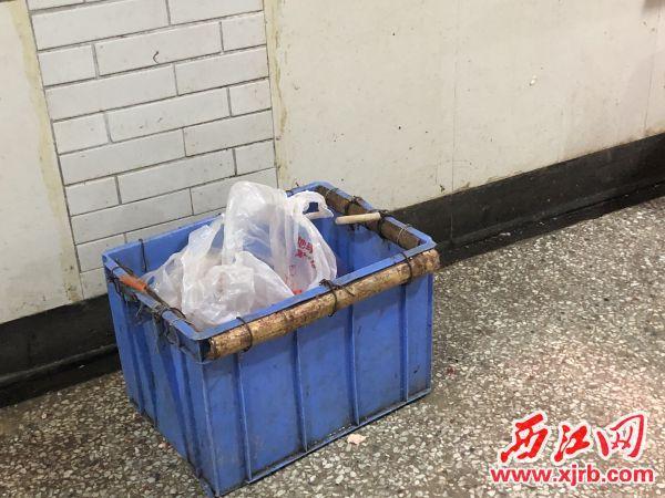 垃圾桶亂放在過道處。楊樂祺攝