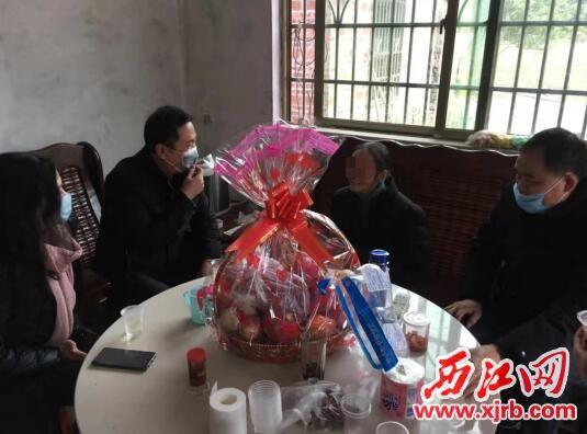 镇党委慰问组到潘某家中进行慰问。