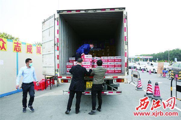 志愿者为值勤点运送慰问物资。 充值100送18通讯员 供图