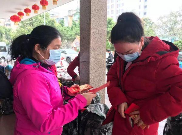 市中医院为每位队员准备了红包、苹果、香囊,寓意平平安安、身体健康。苏燕君 摄