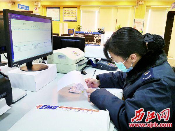 鼎湖区税务局工作人员处理线上申请发 票后做好登记,随后用快递将发票寄回。 通讯员供图