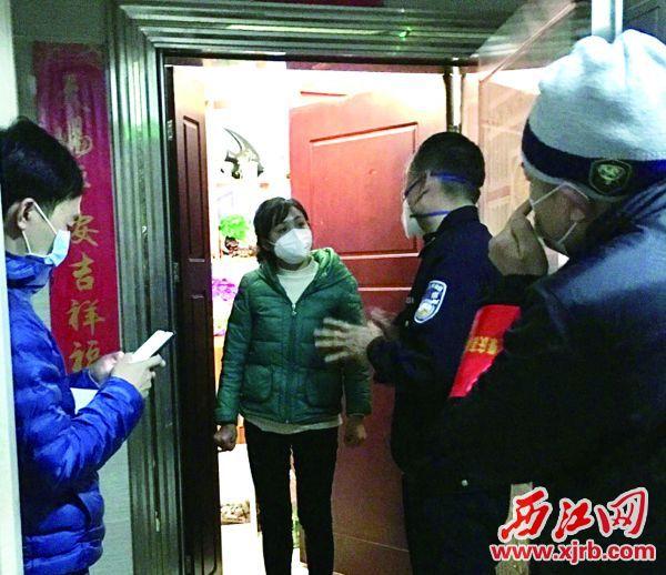 黃敏(右二)在開展排查工作。 西江日報通訊員 供圖