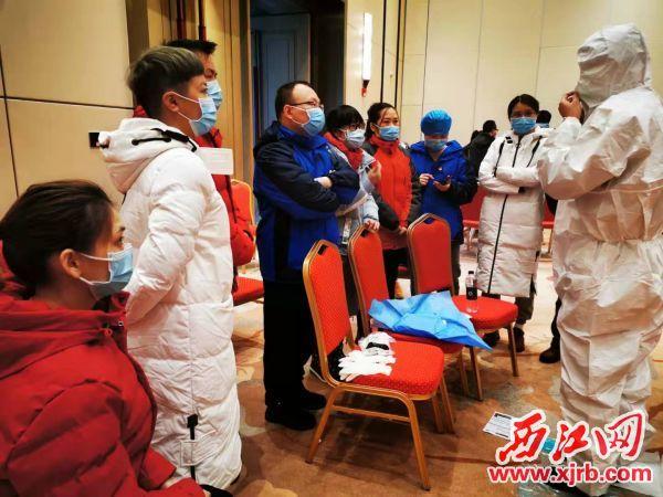 医疗队正在进行防护服穿脱培训。 受访者供图