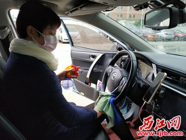 滴滴司机对车辆进行消毒,保障司乘双方的健康。