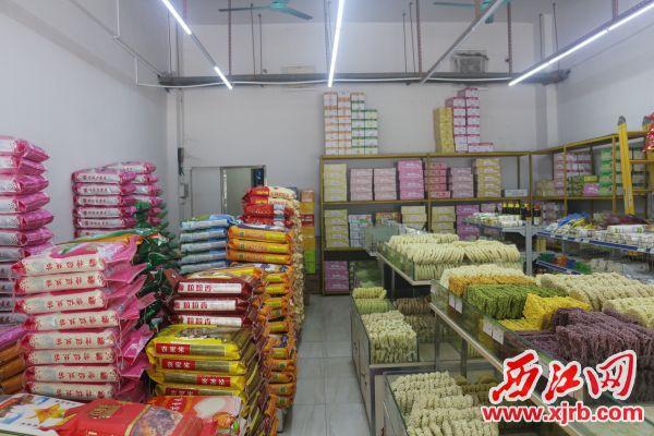 城区某粮油店内,各种货品存货充足。杨乐祺摄