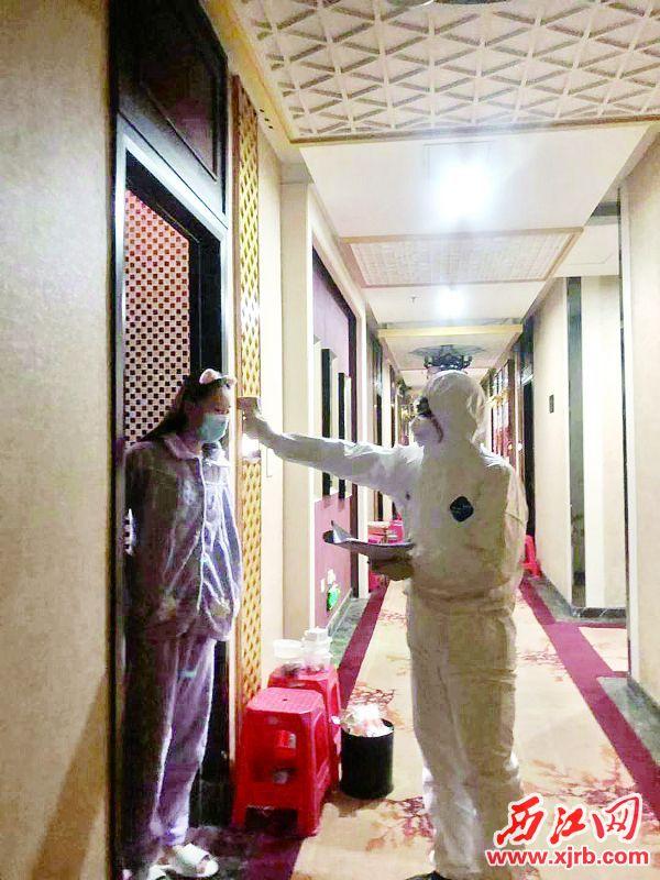 华佗医院医 疗志愿者为隔离人员 检测体温及询问健康 情况。